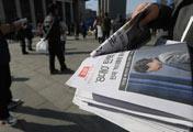 韓国憲政史上初めての大統領弾劾で、号外が配布