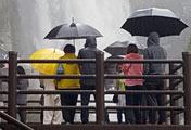 雨天の後、壮観となった済州のオント滝
