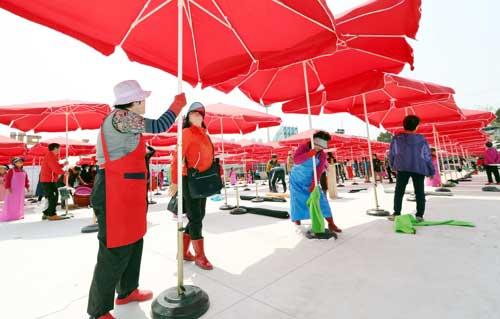 Para Pedagang Membuka Payung