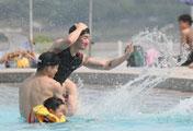 اللعب بالماء في مواجهة الحر