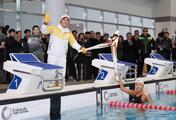 Vận động viên bơi lội tham gia rước đuốc Thế vận hội