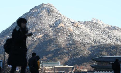 Núi tuyết lấp lánh trong sớm lạnh