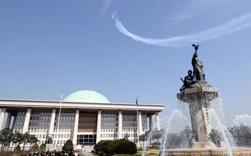 Los 'Black Eagles' sobrevuelan el parlamento