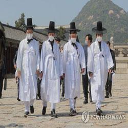 Yi Hwang quitte le palais