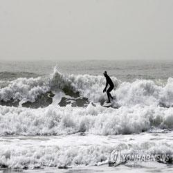 Surfistas ajenos a la calidad del aire