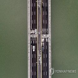 Автомобили проезжают по мосту Кубка Мира
