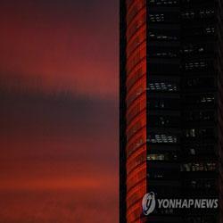 Красная заря над городом