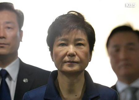Placement en détention provisoire de l'ex-présidente Park