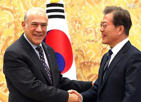 Moon und OECD-Generalsekretär sprechen über lange Arbeitszeiten in Südkorea