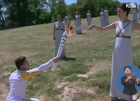 La cérémonie d'allumage de la flamme olympique a débuté