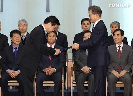 Tổng thống Moon Jae-in hoàn tất bộ máy nội các bằng việc bổ nhiệm Bộ trưởng Doanh nghiệp vừa và nhỏ và mạo hiểm