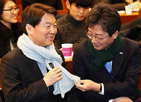 Ahn und Yoo treten erstmals gemeinsam nach Verkündung der Parteifusion auf