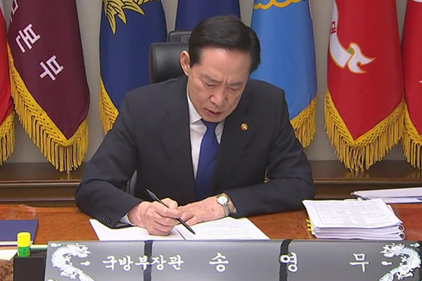 Un documento sobre ley marcial podría implicar al ministro de Defensa