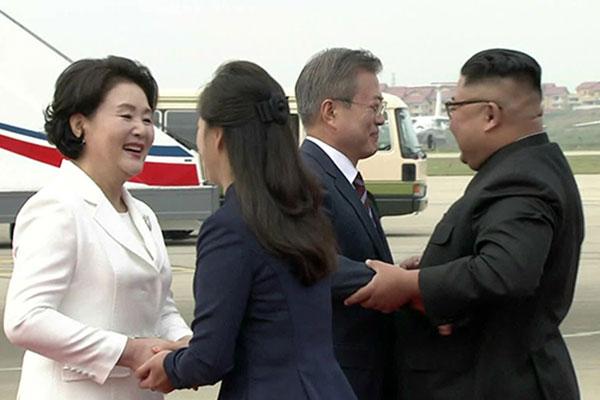 Präsident Moon für Gipfel in Pjöngjang eingetroffen