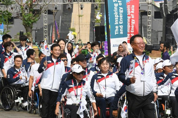 Đoàn vận động viên hai miền Nam-Bắc cùng tiến vào lễđài tại lễ khai mạc Asian Para Games 2018