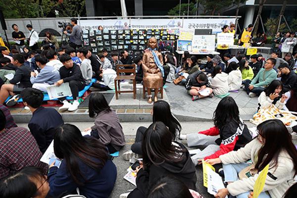 В ''Синей книге по дипломатии'' Японии опровергнут факт сексуального рабства