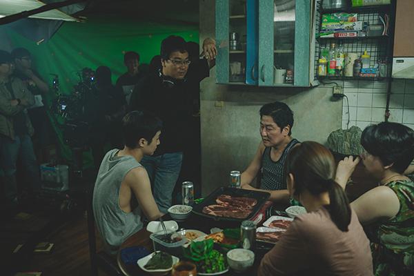 Ошеломляющий успех фильмаПон Чжун Хо«Паразиты»
