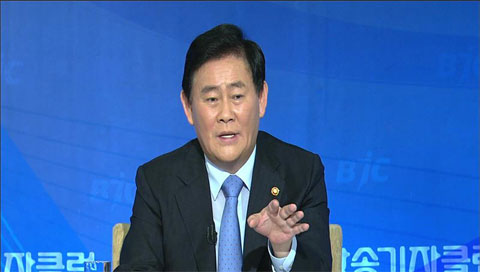 Finance Minister: Gov't, BOK Agree on Need for Fiscal Expansion