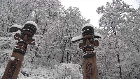 Tuyết đầu mùa rơi tại Seoul sáng 25/11