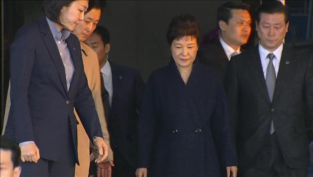 朴槿惠接受21小时检方调查后回家
