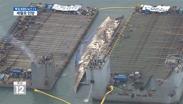 """""""世越号""""船体打捞工作正在紧锣密鼓地进行中"""