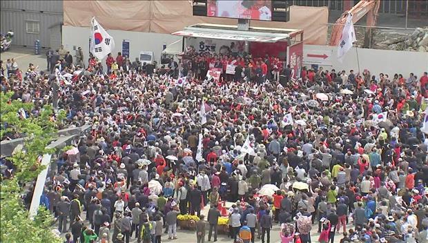 Calon Presiden Melakukan Kampanye Terakhir Pada Hari Senin