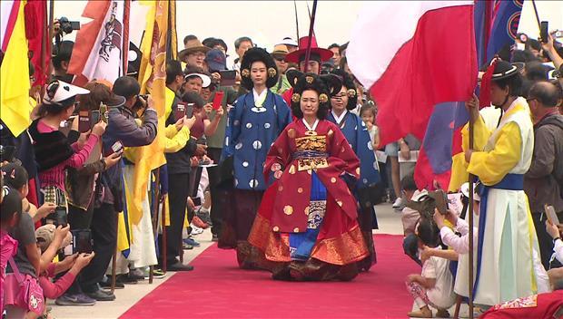 Grabbesuch von König Jeongjo nachgespielt