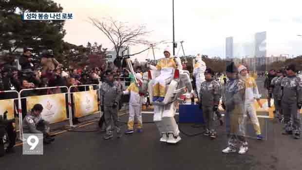 El robot Hubo se suma al recorrido de la antorcha olímpica