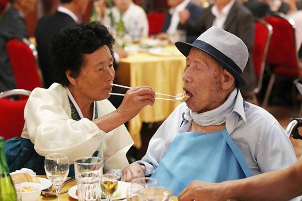 Koreas veranstalten emotionale Zusammenführung getrennter Familien