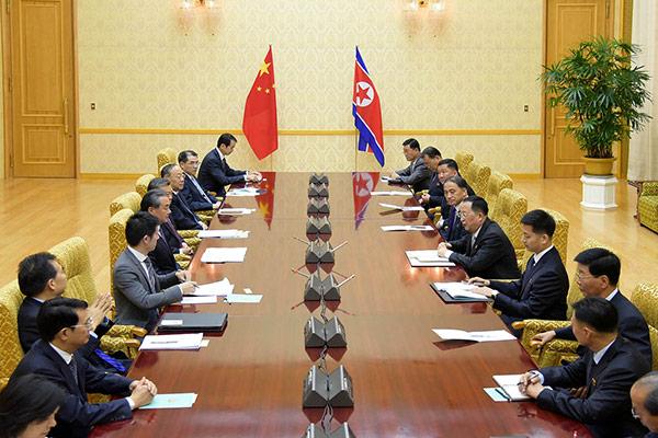 中国负责外交事务的国务委员兼外交部长王毅访问北韩