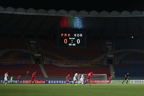 南北韩男子足球代表队在平壤对决