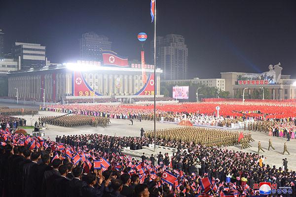 كوريا الشمالية تقيم عرضا عسكريا وتطلق صواريخ بعيدة المدى