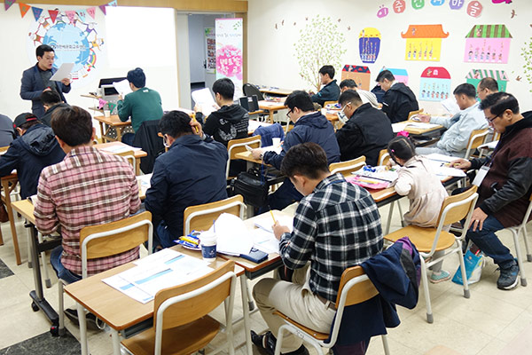 """Lớp học dành cho những ông chồng Hàn Quốc kết hôn với phụ nữ Việt Nam mang tên """"Trường học Việt Nam của chồng tôi 2019"""""""