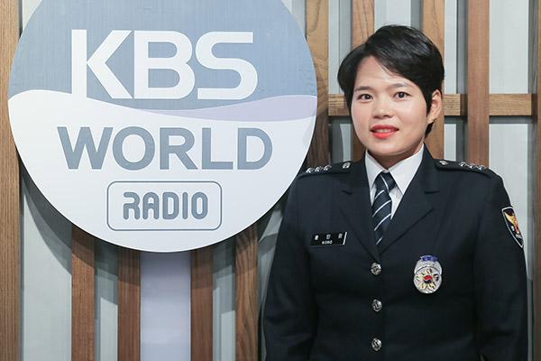 Cảnh sát xuất thân là người Việt chia sẻ các thông tin và quy định cần biết cho cộng đồng thông qua mạng xã hội