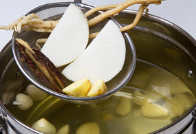 In two liters of water, add ginger, radish, licorice roots, milk vetch root and garlic and simmer for about half-an-hour. Remove all the ingredients except the garlic.