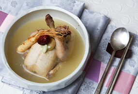 Place the chicken in a bowl with the legs upward. Pour the oil-free broth and top it with the green onion pieces. Flavor the soup with salt and ground black pepper before eating.