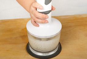 水につけておいた米と水をミキサーにかける。できるだけ細かくなめらかにする。