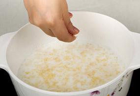 火を止め、細かくした松の実を加えてよく混ぜて器に盛る。好みで塩かはちみつを加えていただく。