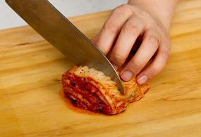 Chop kimchi into 2-cm-long pieces.
