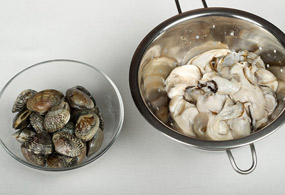 While cooling the oil, clean short-necked clams and oysters with salt water.