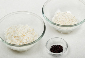 Thoroughly wash the non-glutinous rice, glutinous rice, and black rice separately; soak in cold water for about 2 hours; and drain the water for 10 minutes.