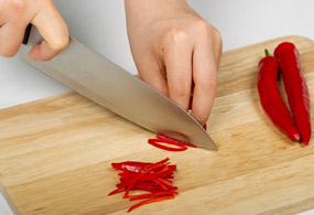 """<b><font color=""""0da490"""">Seasoned White Radish Strips</font></b><br /><br /> Halve the red pepper lengthwise and remove seeds. Cut into thin strips."""