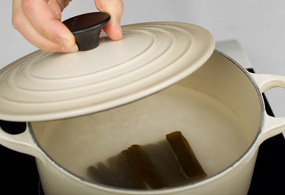 Rinse rice 4-5 times. Add 5 cups of water with a piece of 5x5-cm kelp to cook rice.