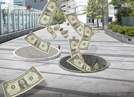 Un hombre tira 7.200 dólares a la calle