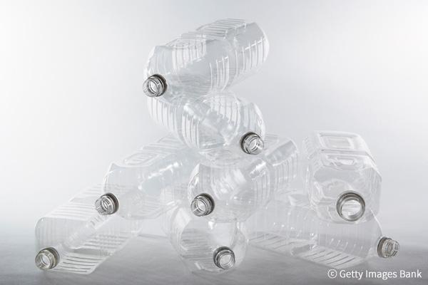 Empresas de bebidas eliminarán colores a las botellas de plástico