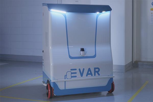 電気自動車の自動充電ロボットを開発した「エバー」