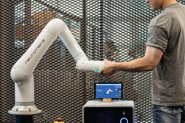 人との共同作業を行う協働ロボットを開発する「ニューロメカ」