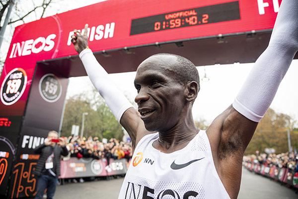 Kipchoge corre un maratón en menos de 2 horas