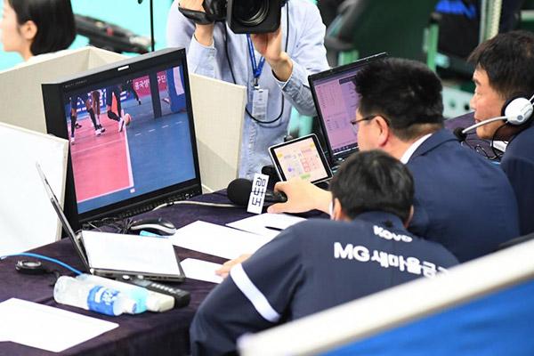 En voleibol, el público leerá los vídeos junto con los árbitros