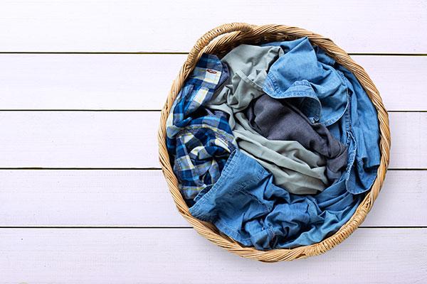 옷이 땀에 젖어  _____하다.